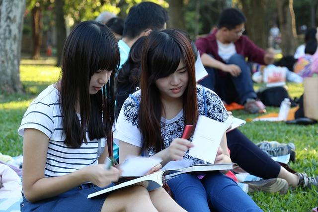 číňanky s knihou