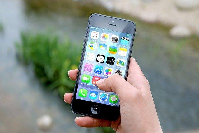 mobilní telefon, ruka