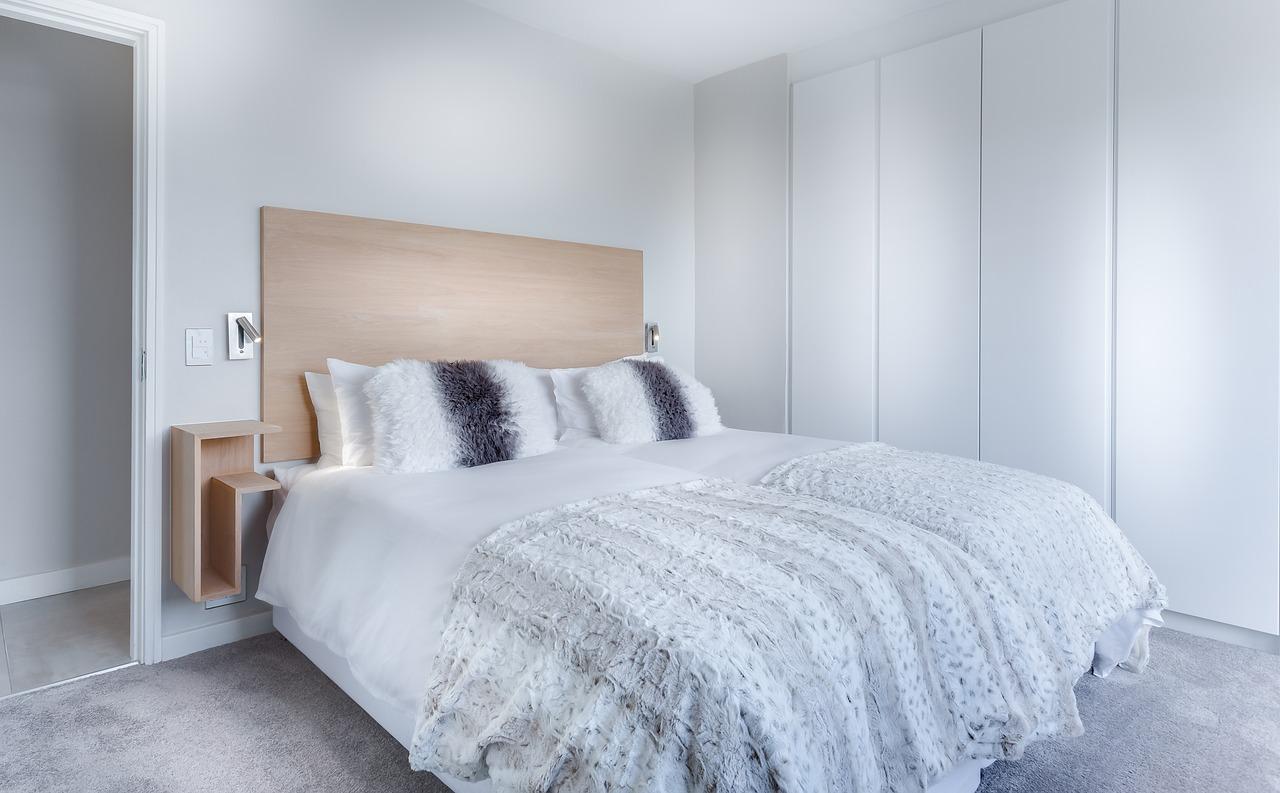 postel a skříň v ložnici
